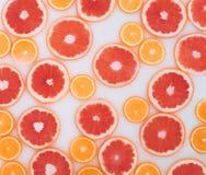 Baño de la leche con las rebanadas del pomelo y de las naranjas Visi?n superior Endecha plana imagen de archivo