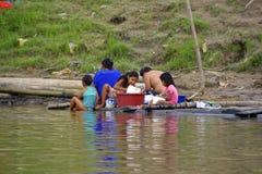 Baño de la mañana del banco del Amazonas, el lavarse de la ropa Imagenes de archivo
