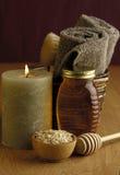Baño de la miel y de la harina de avena Imagen de archivo libre de regalías