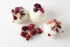Baño de la sal de la bomba adornado con las rosas secadas foto de archivo libre de regalías