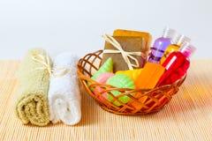 Baño de los accesorios en la cesta Foto de archivo libre de regalías