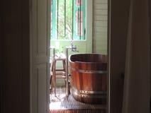 Baño de madera en un hotel Imagenes de archivo