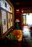 Baño de madera en una habitación Imágenes de archivo libres de regalías