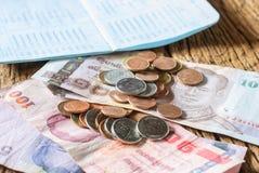 Baño del dinero y libreta de banco de cuenta tailandeses de ahorro Fotos de archivo libres de regalías