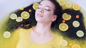 Baño del tratamiento del pelo de la piel del cuidado de la belleza de la terapia del balneario metrajes