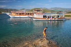 Baño en agua abierta durante viaje del yate del mar Fethiye, Turquía Fotos de archivo