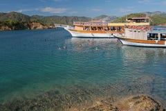 Baño en agua abierta durante viaje del yate del mar Fethiye, Turquía Imagenes de archivo