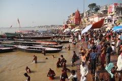 Baño en el Ganges de Varanasi Foto de archivo libre de regalías