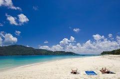 Baño en el sol en tropica Imágenes de archivo libres de regalías