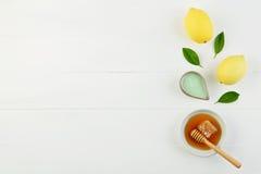 Baño hecho en casa de la sal del limón y miel fresca en la placa con la miel Foto de archivo