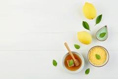 Baño hecho en casa de la sal del limón y miel fresca en la placa con la miel Fotografía de archivo