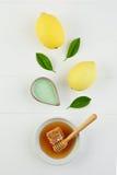 Baño hecho en casa de la sal del limón y miel fresca en la placa con la miel Imagen de archivo libre de regalías