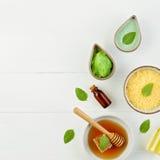 Baño hecho en casa de la sal del limón y miel fresca en la placa con la miel Foto de archivo libre de regalías