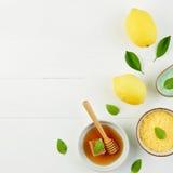 Baño hecho en casa de la sal del limón y miel fresca en la placa con la miel Fotografía de archivo libre de regalías
