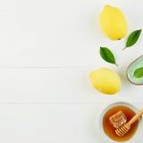 Baño hecho en casa de la sal del limón y miel fresca en la placa con la miel Imagen de archivo