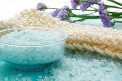 Baño herbario en una tabla de madera azul, balneario de la sal del mar Imagen de archivo libre de regalías