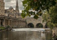Baño, Inglaterra - el río de Avon/el puente de Pulteney y hombre de la pesca Fotos de archivo libres de regalías