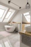 Baño libre en el cuarto de baño de mármol fotografía de archivo