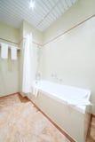 Baño limpio simple blanco en cuarto de baño ligero y vacío Imagenes de archivo
