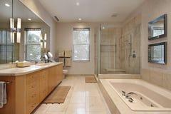 Baño principal con cabinetry de madera de roble Fotografía de archivo