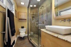 Baño principal con el fregadero del overcounter Fotos de archivo