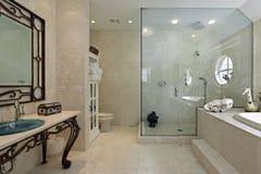Baño principal con el paso de progresión grande en ducha Imagen de archivo libre de regalías