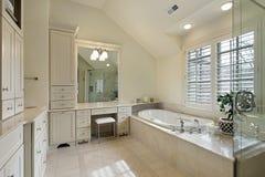 Baño principal con la ducha de cristal Imágenes de archivo libres de regalías