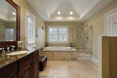 Baño principal con la ducha de cristal Fotos de archivo libres de regalías