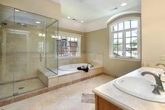 Baño principal con la ducha de cristal Foto de archivo libre de regalías