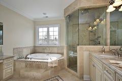 Baño principal con la ducha de cristal grande fotografía de archivo