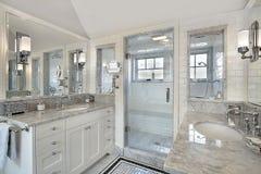 Baño principal con la ducha windowed Fotografía de archivo libre de regalías