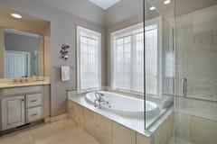 Baño principal con la ducha y la tina atadas Imagenes de archivo