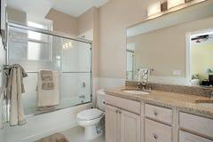 Baño principal con la puerta de la ducha del vidrio de desplazamiento Fotografía de archivo