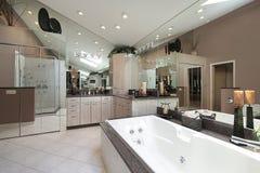 Baño principal con la tina grande foto de archivo libre de regalías