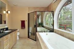 Baño principal con la ventana arqueada Imágenes de archivo libres de regalías