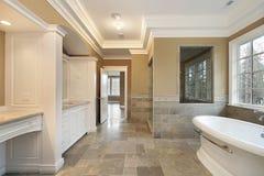 Baño principal con la ventana de cristal de la ducha Imagen de archivo