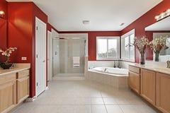 Baño principal con las paredes rojas Fotografía de archivo libre de regalías