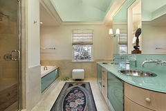Baño principal con vanidad del verde de cal Imagen de archivo