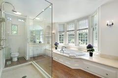 Baño principal de lujo blanco fotos de archivo