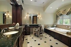 Baño principal en hogar de lujo fotografía de archivo libre de regalías