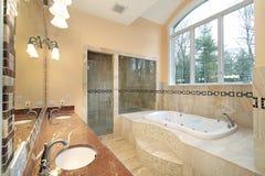 Baño principal en hogar de lujo imagenes de archivo