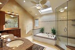 Baño principal moderno con el tragaluz Foto de archivo libre de regalías