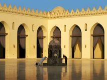 Baño ritual en la mezquita del al-Hakim en El Cairo, Egipto Imagen de archivo libre de regalías