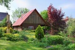 Baño rural en jardín del europeo del verano Fotografía de archivo libre de regalías
