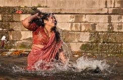 Baño santo en el río Ganges en Varanasi Imagen de archivo libre de regalías
