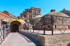 Baños del azufre y casas de la ciudad vieja de Tbilisi, la República de Georgia Fotografía de archivo libre de regalías