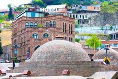Baños del azufre y casas de la ciudad vieja de Tbilisi, la República de Georgia Imágenes de archivo libres de regalías