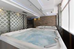 Baños del Jacuzzi en centro del balneario del hotel Fotografía de archivo libre de regalías