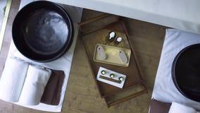 Baños del pie para el procedimiento de la pedicura en salón de lujo del balneario Composición del balneario en el salón de be almacen de video