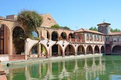 Baños romanos del balneario en el pueblo español Montbrio del Camp foto de archivo
